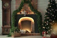 Open haard met kaarsen en pijnboomnaalden stock afbeelding