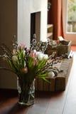 Open haard met springflowers stock afbeeldingen