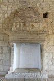 Open haard in middeleeuws kasteel stock afbeeldingen