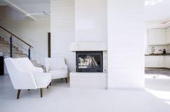 Open haard in modern, nieuw huis stock fotografie
