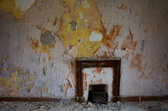 Open haard in verlaten oud huis stock fotografie