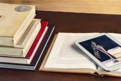 Open handboek en blocnote op de lijst Het concept intellige Royalty-vrije Stock Afbeelding