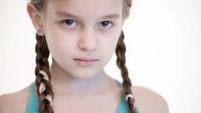 Open het close-up kijkt van een Kaukasisch meisje met vlechten die en haar ogen openen sluiten Boos en blind in de camera stock video