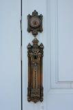 Open het deurhandvat en sluit de deuren van het Gotische stijlgebouw stock afbeelding