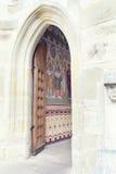 Open houten deur die geschilderde muur in Putna-Klooster, Bucovi openbaart Royalty-vrije Stock Afbeeldingen