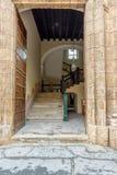 Open ingangsdeur, een houten die deur met bronsornamenten wordt beslagen stock foto's