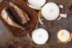 Open ingeblikt vissen, vork en brood Royalty-vrije Stock Foto's