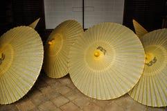Open Japanse paraplu's gezet binnen een huis stock afbeeldingen