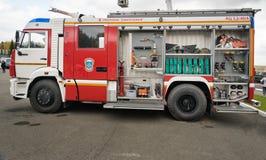 Open kant met het materiaal van de tankwagen AC 3.2 40/4 van het brandgebruis op chassis KAMAZ Stock Foto's