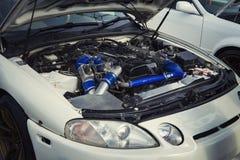 Open kap van een auto met de mening van de motor E De motor pingelt Ruwe motorlooppas Een auto wil een reparatie Voertuig unsh stock foto's