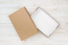 Open kartonvakje met dekking op houten lijst, boven mening royalty-vrije stock foto's