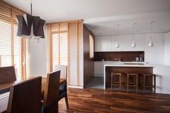 Open keuken in eigentijds ontwerphuis royalty-vrije stock foto's