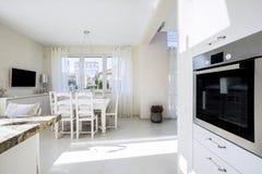 Open keuken en dinning ruimte Stock Foto