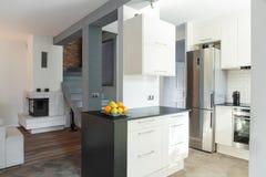 Open keuken en woonkamer royalty-vrije stock afbeeldingen