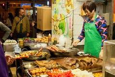 Open keuken met klaar maaltijd bij fast-food restaurant en een verkoper Stock Afbeelding