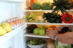 Open koelkasthoogtepunt van groenten en vruchten Gezonde koelkast stock foto