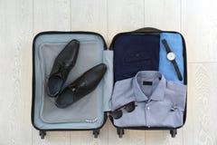 Open koffer met kleding, schoenen en toebehoren royalty-vrije stock foto's