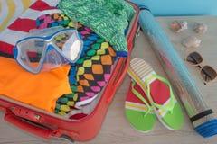 Open koffer met kleren en persoonlijke die dingen voor het reizen worden ingepakt reis concept Open reizigers` s zak met kleding, Stock Afbeeldingen