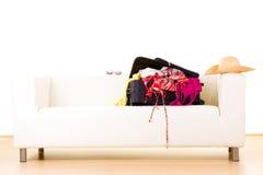 Open koffer op sofa stock afbeeldingen