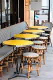 Open koffieterras, rondetafels en rieten stoelen, Parijs, Frankrijk Royalty-vrije Stock Foto