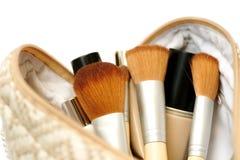 Open kosmetische zak met make-upborstels en schoonheidsmiddelen Stock Foto