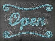 'Open' krijt die op bord schrijven Stock Foto's