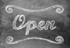 'Open' krijt die op bord schrijven Royalty-vrije Stock Afbeelding