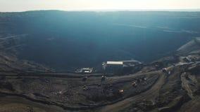 Open kuilkolenmijn, mijnbouw voor steenkool, hoogste menings luchthommel stock videobeelden