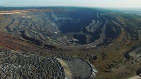 Open kuilkolenmijn, mijnbouw voor steenkool, hoogste menings luchthommel stock video