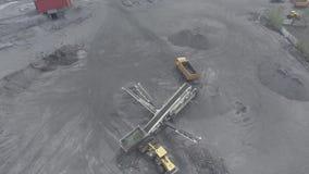 Open kuilmijn, ras het sorteren, mijnsteenkool, mijnbouw stock video
