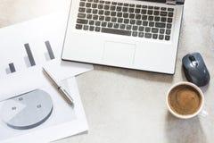 Open laptop, documentatie, rapporten, planning en kop van zwarte koffie Hoogste mening met exemplaarruimte Bureau bedrijfsconcept royalty-vrije stock fotografie