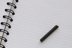 Open leeg blocnote en grafiet voor tekening stock foto's
