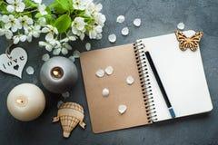 Open leeg dagboek met bloesem royalty-vrije stock foto's
