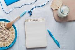 Open leeg notitieboekje in een bed Stock Fotografie