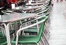 Open lege straatkoffie, lijsten en stoelen met metaalkader en rieten meubilair, selectief nadruk en close-up stock foto's
