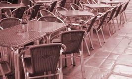 Open lege straatkoffie, lijsten en stoelen met metaalkader en rieten meubilair, selectief nadruk en close-up royalty-vrije stock foto's