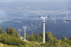 Open lift die tot de zeven rilskimeren leiden in Bulgarije, Rila-berg Royalty-vrije Stock Foto's