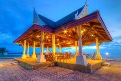 Open luftar restaurangen på havet i Thailand Royaltyfri Fotografi
