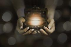 Open magische doos in handen stock fotografie