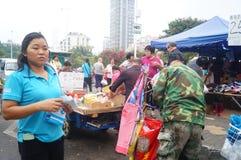 Open markt, mensen in de aankoop van goederen Stock Foto