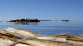 Open Meer Titicaca met de drijvende eilanden van Uros Royalty-vrije Stock Afbeeldingen