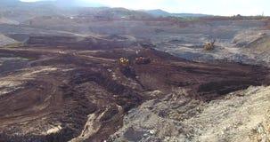 Open Mijnbouwkuil en Werkende Zware Machines stock video