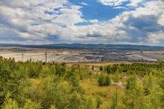 Open mijnbouwkuil met zware machines royalty-vrije stock afbeelding