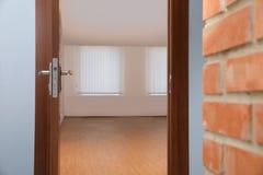 Open moderne deur aan leeg stock foto