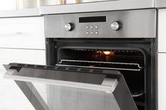 Open moderne gebouwde oven stock afbeelding