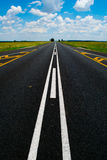 Open nationale weg onder een briljante Afrikaanse blauwe hemel stock foto's