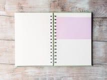 Open notitieboekje blanco pagina om met tekst te vullen Stock Foto's