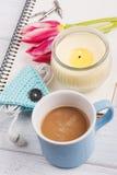 Open notitieboekje, coffe, kaars, earpods en tulp Royalty-vrije Stock Foto's