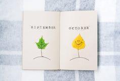 Open notitieboekje, de herfst smilies Bladeren van een berk en een esdoorn oktober september stock foto