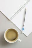 Open notitieboekje en kop van koffie Stock Foto's